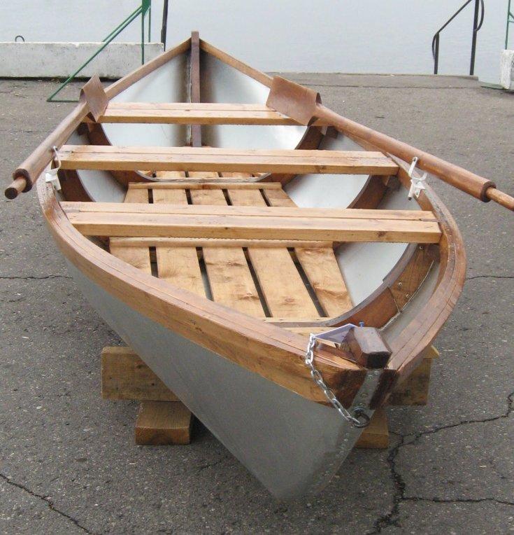 Деревянная лодка для рыбалки